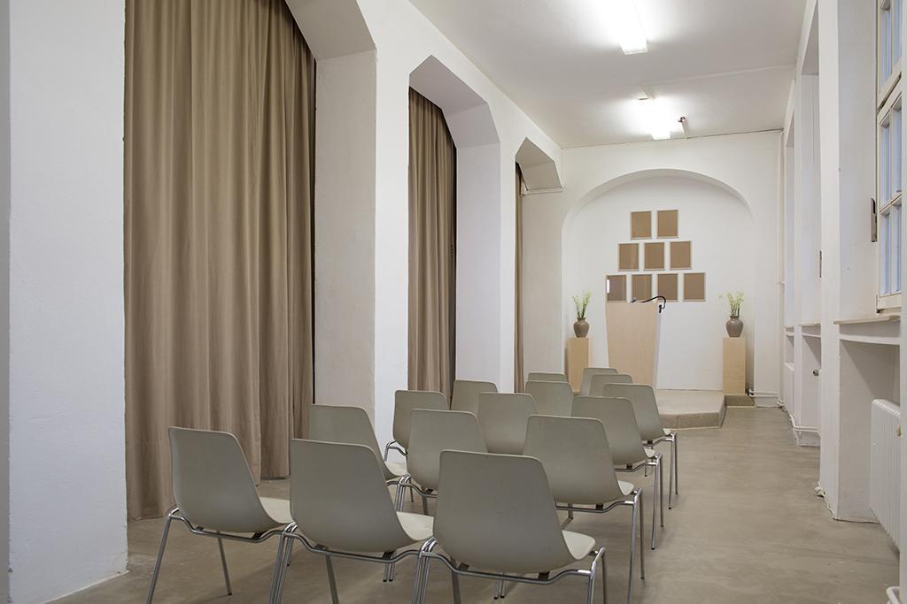 Wiedergabesalon: Stuhlreihe v. links